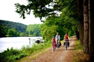 Balade en famille sur les rives de la riviere de l'Oust - France